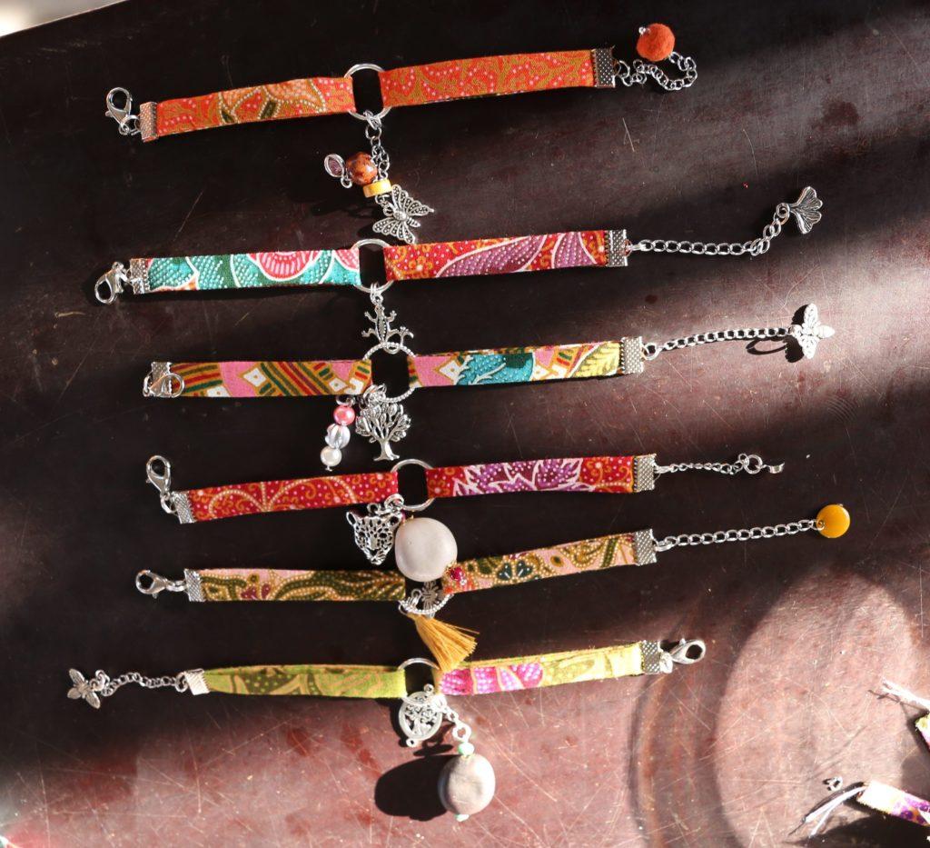 Bransoletki ręcznie wykonane przez kobiety z Laosu dla Stowarzyszenia Anoulak. fot. Anoulak